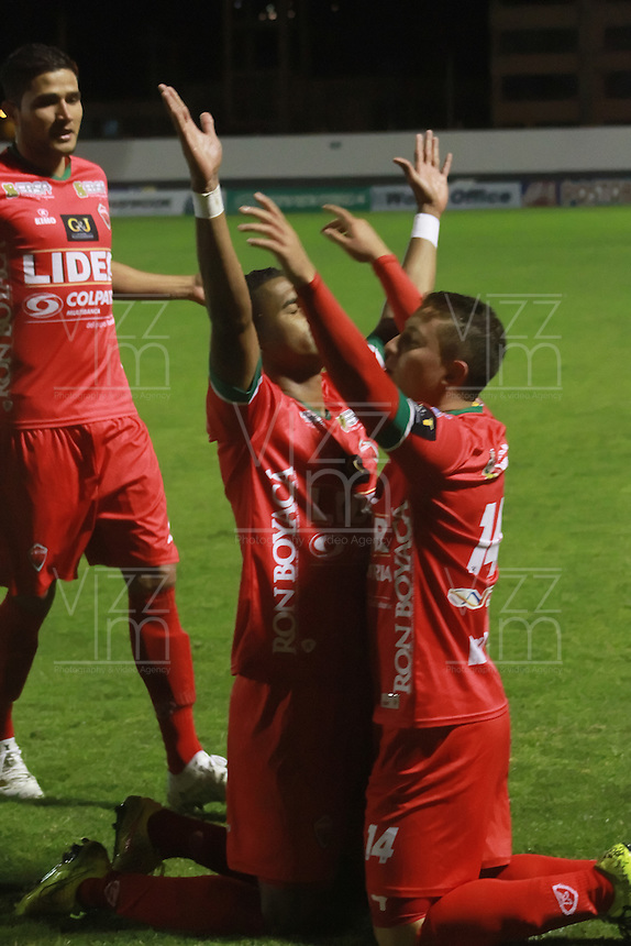 TUNJA  - COLOMBIA - 16-10-2015: Carlos Henao de Patriota de Boyaca  celebra su gol contra Cortulua    durante partido de la  fecha 16 de la Liga Aguila 2015 jugado en el estadio la Independencia.  /  Carlos Heano  player of Patriotas of Boyaca  celebrates his goal against Cortulua during the Sixteen date  of the 2015 league Aguila played at Independence Stadium. Photo: VizzorImage / Cesar Melgarejo / Contribuidor