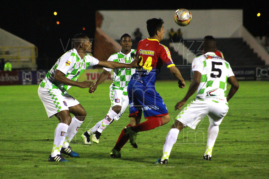 TUNJA - COLOMBIA -04 -10-2015: Williamson Cordoba (Der.) jugador de Boyaca Chico FC disputa el balón con Oscar Briceño (Cent.) jugador de Deportivo Pasto, durante partido Boyaca Chico FC y Patriotas FC, de la fecha 15 de la Liga Aguila II-2015, jugado en el estadio La Independencia de la ciudad de Tunja. / Williamson Cordoba (R) player of Boyaca Chico FC vies for the ball with Oscar Briceño (C) player of Deportivo Pasto, during a match Boyaca Chico FC and Patriotas FC, for the 15 date of the Liga Aguila II-2015 at the La Independencia  stadium in Tunja city, Photo: VizzorImage  / Cesar Melgarejo / Cont.