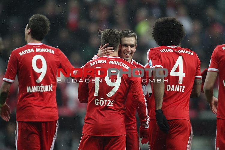 14.12.2013, Allianz Arena, Muenchen, GER, 1.FBL,  FC Bayern Muenchen vs. Hamburger SV, im Bild <br /> Torschuetze / Torsch&uuml;tze Mario G&ouml;tze (Muenchen #19)<br /> Torjubel / Jubel  mit Philipp Lahm (Muenchen #21)<br /> Mario Mandzukic (Muenchen #9), Dante (Muenchen #4)<br /> Querformat,<br /> <br /> Foto &copy; nordphoto / Straubmeier