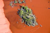 Rotschlamm : EUROPA, DEUTSCHLAND, NIEDERSACHSEN, STADE (EUROPE, GERMANY), 19.04.2014: Als Abfall faellt bei der Erzeugung von Aluminiumoxid aus Bauxit der sogenannte Rotschlamm an, der zu etwa 40 % aus Wasser und zum anderen aus Eisen-, Silizium- und Titanverbindungen besteht. Der Rotschlamm muss deponiert werden.  Flaeche der Firma Aluminium Oxid Stade GmbH. Die Deponie befindet sich nordwestlich Stade im Kehdinger Moor. Angrenzen die Ortschaften Buetzflethermoor, Goetzdorfermoor, Stadermoor, Hammah Gross Sternberg, Drochtersen Ritschermoor