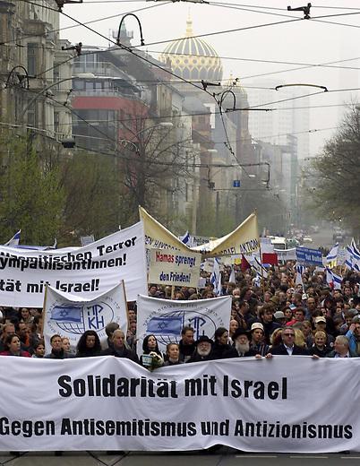 Solidaritaetsdemonstration fuer Israel.<br /> 1.500 Menschen versammelten sich im berliner Stadtteil Mitte zu einer Demonstration unter dem Motto &quot; Solidaritaet mit Israel - Gegen Antisemitismus und Antizionismus&quot;.<br /> Hier: Der Demonstrationszug in der Oranienburger Strasse, im Hintergrund die Grosse Synagoge.<br /> 14. 4.2002, Berlin<br /> Copyright: Christian-Ditsch.de<br /> [Inhaltsveraendernde Manipulation des Fotos nur nach ausdruecklicher Genehmigung des Fotografen. Vereinbarungen ueber Abtretung von Persoenlichkeitsrechten/Model Release der abgebildeten Person/Personen liegen nicht vor. NO MODEL RELEASE! Nur fuer Redaktionelle Zwecke. Don't publish without copyright Christian-Ditsch.de, Veroeffentlichung nur mit Fotografennennung, sowie gegen Honorar, MwSt. und Beleg. Konto: I N G - D i B a, IBAN DE58500105175400192269, BIC INGDDEFFXXX, Kontakt: post@christian-ditsch.de<br /> Bei der Bearbeitung der Dateiinformationen darf die Urheberkennzeichnung in den EXIF- und  IPTC-Daten nicht entfernt werden, diese sind in digitalen Medien nach &sect;95c UrhG rechtlich geschuetzt. Der Urhebervermerk wird gemaess &sect;13 UrhG verlangt.]