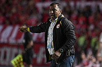 CALI - COLOMBIA, 28-11-2019: Harold Rivera técnico del Santa Fe gesticula durante partido por la fecha 6, cuadrangulares semifinales, de la Liga Águila II 2019 entre América de Cali e Independiente Santa Fe jugado en el estadio Pascual Guerrero de la ciudad de Cali. / Harold Rivera coach of Santa Fe gestures during match for the date 6, quadrangular semifinals, as part of Aguila League II 2019 between America de Cali and Independiente Santa Fe played at Pascual Guerrero stadium in Cali. Photo: VizzorImage / Gabriel Aponte / Staff