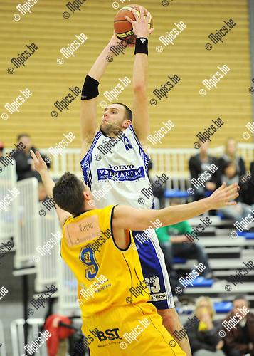 2011-02-19 / Seizoen 2010-2011 / Basketbal / Bornem BBC - Turuka '90 / Luc Smits van Bornem torent boven zijn verdediger uit..Foto: mpics