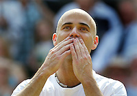 1-7-06,England, London, Wimbledon, fourth round match,  Andre Agassi neemt met een kushand afscheid van het publiek, het was zijn laatste optreden op Wimbledon