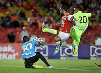 BOGOTA - COLOMBIA - 24-07-2016: Juan Falcon (Cent.) jugador de Independiente Santa Fe disputa el balón con Jeferson Martinez (Izq) y Brayan Rovira (Der.) jugadores de Envigado FC, durante partido por la fecha 5 entre Independiente Santa Fe y Envigado FC, de la Liga Aguila II-2016, en el estadio Nemesio Camacho El Campin de la ciudad de Bogota. / Juan Falcon (C) player of Independiente Santa Fe struggles for the ball with Jeferson Martinez (L) and Brayan Rovira (R) players of Envigado FC, during a match of the date 5 between Independiente Santa Fe and Envigado FC, for the Liga Aguila II -2016 at the Nemesio Camacho El Campin Stadium in Bogota city, Photo: VizzorImage / Luis Ramirez / Staff.