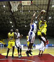 BOGOTA -COLOMBIA, 6-MARZO-2015.  Vee Sanford (Der) de Bucaros en accion contra Guerreros de Bogota durante partido de la quinta fecha de la Liga DIRECTV de baloncesto 2015 jugado en el coliseo el Salitre .Guerreros se impuso 92-87 a Bucaros. / Vee Sanford  (R) of Bucaros in action against Guerreros of Bogota during  game of  the fifth round of the liga  DIRECTV 2015 of Basketball  played at the Coliseum Salitre .Guerreros won 92-87 to Bucaros . Photo / VizzorImage / Felipe Caicedo  / Staff