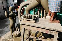 INDIA Westbengal, Kolkata, Kumartuli, clay sculpures of Hindu gods for Hindu festivals / INDIEN, Westbengalen, Kolkata, Handwerker fertigen Lehmfiguren von Hindu Gottheiten im Stadtteil Kumartuli fuer Hindu Feste, Goettin Kali