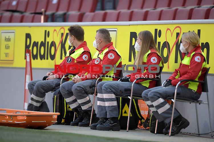 nph00351: Sanitaeter sitzen am Spielfeldrand.<br /> Sie tragen Mundschutz,Masken.<br /> Sport: Fussball: 1. Bundesliga: Saison 19/20: 26.Spieltag: 1.FC KOELN-FSV MAINZ 05,17.05.2020.<br /> Foto: Anke Waelischmiller/SVEN SIMON/POOL / via Meuter/nordphoto<br /> <br /> Nur für journalistische Zwecke! Only for editorial use!<br /> Gemäß den Vorgaben der DFL Deutsche Fußball Liga ist es untersagt, in dem Stadion und/oder vom Spiel angefertigte Fotoaufnahmen in Form von Sequenzbildern und/oder videoähnlichen Fotostrecken zu verwerten bzw. verwerten zu lassen. DFL regulations prohibit any use of photographs as image sequences and/or quasi-video.