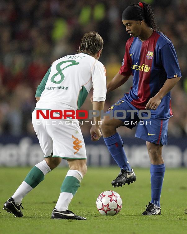 CL 06/07 Gruppe  A - Rueckspiel - <br /><br />FC Barcelona (ESP)  vs Werder Bremen (GER) <br /><br />Ronaldinho spielt in dieser Szene mit Clemens Fritz Katz und Maus und spielt ihn aus<br /><br />Foto: &copy; nordphoto <br /><br /><br /><br /><br /><br /><br /><br /> *** Local Caption ***