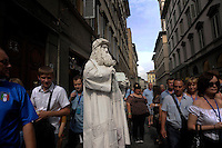 Statua vivente raffigurante Leonardo da Vinci..Il mimo Valter C. mentre si dedica al suo make up e mentre si veste per la sua esibizione. Resterà immobile stuzzicando la curiosità dei turisti con biglietti con frasi di Leonardo, a Firenze...Living statue of Leonardo da Vinci..The mime Valter C.  while he is dedicating to his make up and while he dresses for the performance. He Will  tickling the curiosity of tourists with tickets of sentences by Leonardo, in Florence.