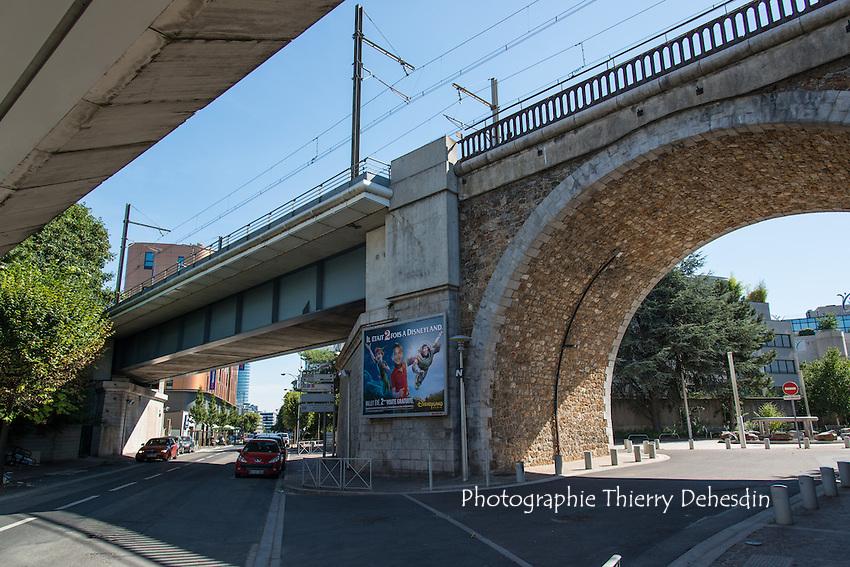 Issy les Moulineaux,  La rue Camille Desmoulins et les ponts Chemin de Fer / Tram