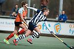 Den Haag - Hoofdklasse hockey dames, HDM-GRONINGEN  (6-2). Pien Dicke (HDM) met Leoniek Koning (Gron.)   COPYRIGHT KOEN SUYK