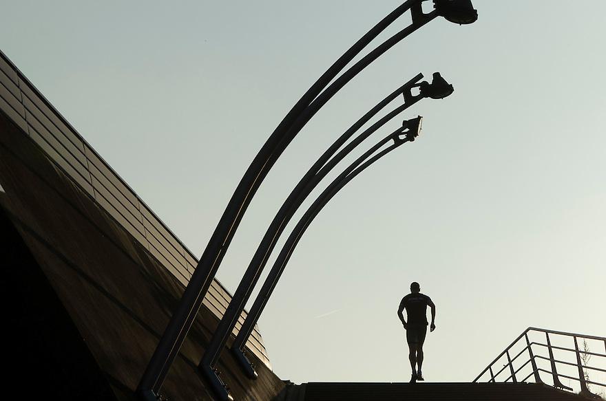 Nederland, Utrecht, 3 okt 2014<br /> Jogger, hardloper, op de Prins Clausbrug. De Prins Clausbrug is een tuibrug die de verbinding vormt over het Amsterdam-Rijnkanaal, tussen de Utrechtse gebiedsdelen Kanaleneiland en Papendorp. De brug is een ontwerp van Ben van Berkel,<br /> Foto: (c) Michiel Wijnbergh
