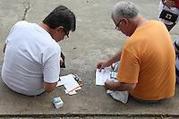 SAO PAULO, SP, 17.05.2014 - TROCA DE FIGURINHAS ALBUM DA COPA - Colecionadores realizam troca de figurinhas do album da copa na praça Charlles Miller no bairro do Pacaembu neste sabado, 17. (Foto: Vanessa Carvalho / Brazil Photo Press).