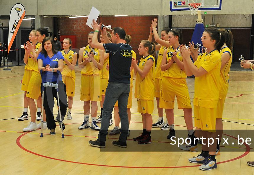 Beker Van Vlaanderen Seniores Dames ; Crack Blue Cats Ieper B - Basket Lummen A : De Lummense meisjes groeten hun publiek nog even na de wedstrijd.foto VDB  / Bart Vandenbroucke