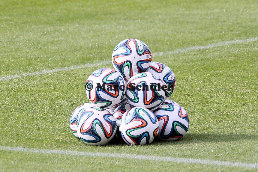 WM-Ball brazuca liegt bereit - Testspiel der Deutschen Nationalmannschaft gegen die U20 zur WM-Vorbereitung in St. Martin