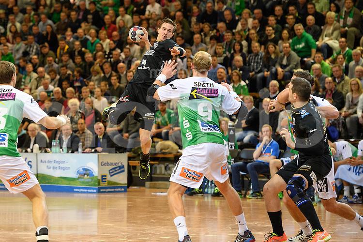 mitte Romas Sidorowicz (Pfadi) im Sprungwurf, vorne Manuel Spaeth (FAG)