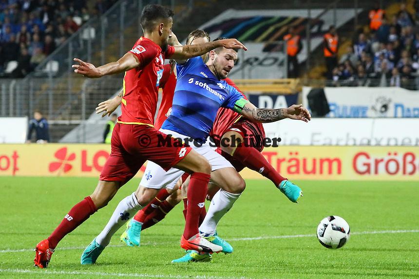 Jerome Gondorf (SV Darmstadt 98) wird von Ermin Bicakcic (TSG 1899 Hoffenheim) und Kerem Demirbay (TSG 1899 Hoffenheim) gefoult, aber es gibt keinen Elfmeter- SV Darmstadt 98 vs. TSG 1899 Hoffenheim, Johnny Heimes Stadion am Boellenfalltor