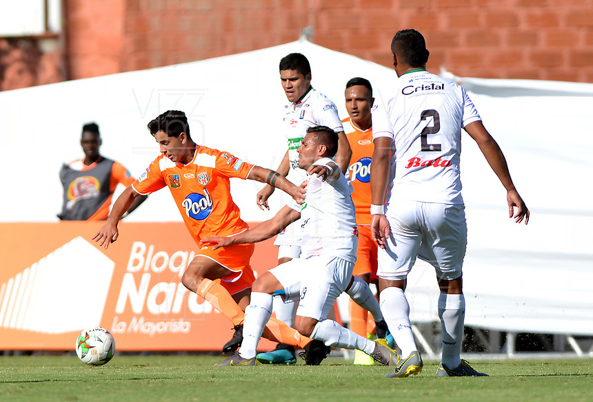 ENVIGADO-COLOMBIA, 01-10-2019: Bruno Moreira de Envigado F. C. y David Gómez de Once Caldas disputan el balón durante partido entre Envigado F. C. y Once Caldas de la fecha 14 por la Liga Águila II 2019, en el estadio Polideportivo Sur de la ciudad de Envigado. / Bruno Moreira of Envigado F. C. and David Gomez of Once Caldas fight for the ball, during a match between Envigado F. C. and Once Caldas of the 14th date for the Aguila Leguaje II 2019 at the Polideportivo Sur stadium in Envigado city. Photo: VizzorImage / León Monsalve / Cont.