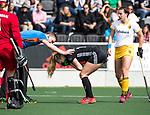 AMSTELVEEN - Hockey - Hoofdklasse competitie dames. AMSTERDAM-DEN BOSCH (3-1) Blessure bij Jacky Schoenaker (A'dam)  met scheidsrechter  Daniël Veerman  .  COPYRIGHT KOEN SUYK