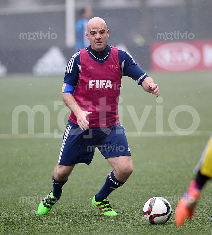 Fussball International 29.02.2016 FIFA Praesident Gianni Infantino (Schweiz) am Ball, erster Tag im Home of Fifa
