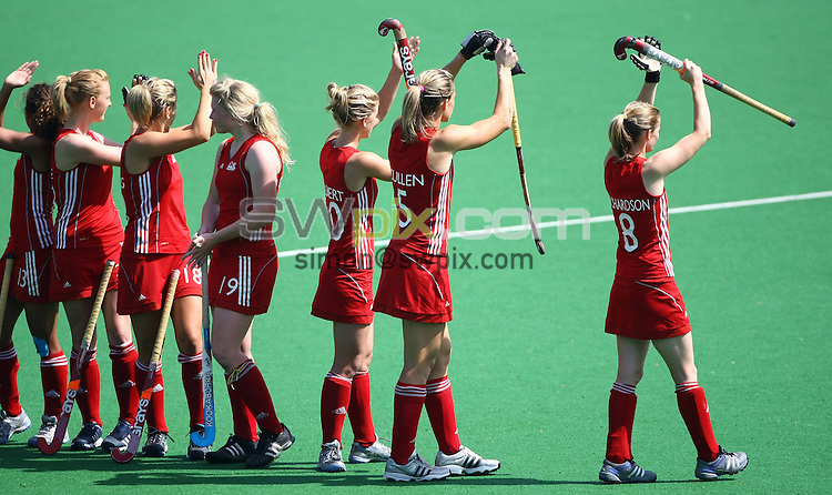 PICTURE BY VAUGHN RIDLEY/SWPIX.COM - Hockey - XIX Commonwealth Games - Women's Semi-Finals, England v Australia, Major Dhyan Chand National Stadium, New Dehli, India - 11/10/10...Copyright - Simon Wilkinson - 07811267706...England Team wave to supporters.