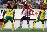 NEIVA - COLOMBIA, 17-08-2017: Marvin Vallecilla (Izq) y Edison Palomino (Der) del Atlético Huila disputa el balón con Teofilo Gutierrez (C) del Atletico Junior durante partido por la fecha 8 de la Liga Águila II 2017 jugado en el estadio Guillermo Plazas Alcid de la ciudad de Neiva. / Marvin Vallecilla (L) and Edison Palomino (R) player of Atletico Huila fights for the ball with Teofilo Gutierrez (C) player of Atletico Junior during match for the date 8 of the Aguila League II 2017 played at Guillermo Plazas Alcid in Neiva city. VizzorImage / Sergio Reyes / Cont