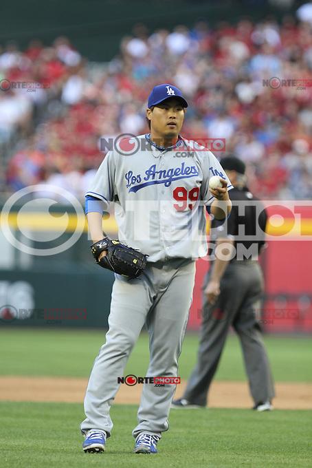 el pitcher de korea Hyun-Jin Ryu de Dodgers de LA  se fue con la victoria y dio un par de hits y un doblete  durante el partido de Ligas Mayores de beisbol,  Los Dodgers de Los Angeles (LA) vs Diamondbacks de Arizona en el estadio Case Field, 13 de Abril del 3013 en Phoenix Arizona. ...NORTEPHOTO