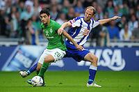FUSSBALL   1. BUNDESLIGA   SAISON 2011/2012    7. SPIELTAG SV Werder Bremen - Hertha BSC Berlin                   25.09.2011 Mehmet EIKICI (li, Bremen) gegen Roman HUBNIK (re, Berlin)