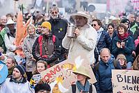 """Unter dem Motto """"Dampf machen fuer bienenfreundliche Landwirtschaft"""" versammelten sich am Samstag den 27. Oktober 2018 in Berlin mehrere hundert Menschen um fuer eine bienenfreundliche und oekologische Landwirtschaft zu demonstrieren.<br /> 27.10.2018, Berlin<br /> Copyright: Christian-Ditsch.de<br /> [Inhaltsveraendernde Manipulation des Fotos nur nach ausdruecklicher Genehmigung des Fotografen. Vereinbarungen ueber Abtretung von Persoenlichkeitsrechten/Model Release der abgebildeten Person/Personen liegen nicht vor. NO MODEL RELEASE! Nur fuer Redaktionelle Zwecke. Don't publish without copyright Christian-Ditsch.de, Veroeffentlichung nur mit Fotografennennung, sowie gegen Honorar, MwSt. und Beleg. Konto: I N G - D i B a, IBAN DE58500105175400192269, BIC INGDDEFFXXX, Kontakt: post@christian-ditsch.de<br /> Bei der Bearbeitung der Dateiinformationen darf die Urheberkennzeichnung in den EXIF- und  IPTC-Daten nicht entfernt werden, diese sind in digitalen Medien nach §95c UrhG rechtlich geschuetzt. Der Urhebervermerk wird gemaess §13 UrhG verlangt.]"""