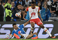 BOGOTA - COLOMBIA, 13-12-2017: Jhon Duque Arias (Izq) jugador de Millonarios disputa el balón con John Pajoy (Der) jugador de Independiente Santa Fe durante partido por la final ida de la Liga Aguila II 2017 jugado en el estadio Nemesio Camacho El Campin de la ciudad de Bogotá. / Jhon Duque Arias (L) player of Millonarios fights for the ball with John Pajoy (R) player of Independiente Santa Fe during first leg match for the final of the Liga Aguila II 2017 played at the Nemesio Camacho El Campin Stadium in Bogota city. Photo: VizzorImage / Gabriel Aponte / Staff.
