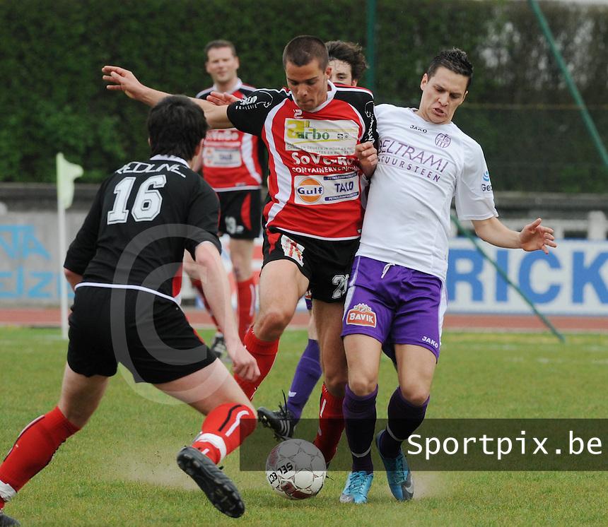 KFC Izegem - SWI Harelbeke..duel om de bal tussen Jörg Dutoit (rechts) en Arne Dutry (midden) , Michiel Bellemans (voor) kijkt toe...foto VDB / BART VANDENBROUCKE