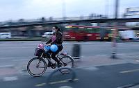 BOGOTÁ - COLOMBIA 04-02- 2016: Un ciclista, hoy durante el primer Día sin Carro 2016. A biker  today during the first Car Free Day in Bogotá 2016. Photo: VizzorImage / Gabriel Aponte / Staff