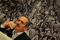 RIO DE JANEIRO, RJ, 09 DE MARCO 2012 - COPA 2014 - OBRAS MARACANA - O ministro do Esporte, Aldo Rebelo, durante coletiva de impresna, após visita ao canteiro de obras do estádio Maracanã, na zona norte da cidade, que será o palco da final da Copa do Mundo de 2014. (FOTO: GLAICON EMRICH / BRAZIL PHOTO PRESS).