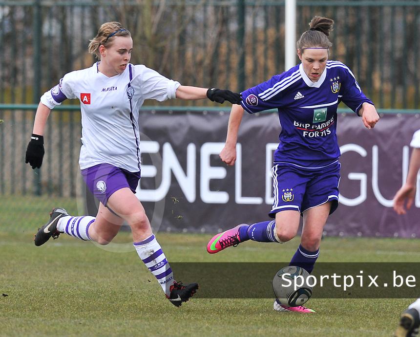 RSC Anderlecht Dames - Beerschot : Lorca Van De Putte aan de bal voor Stefanie Van Broeck (links).foto DAVID CATRY / Vrouwenteam.be