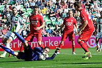 GRONINGEN - Voetbal, FC Groningen - FC Twente,  Eredivisie , Noordlease stadion, seizoen 2017-2018, 24-09-2017,   FC Twente doelman Jorn Brondeel redt voor FC Groningen speler Lars Veldwijk