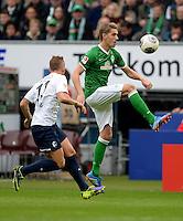 FUSSBALL   1. BUNDESLIGA   SAISON 2013/2014   9. SPIELTAG SV Werder Bremen - SC Freiburg                           19.10.2013 Jonathan Schmid (li, SC Freiburg) gegen Nils Petersen (re, SV Werder Bremen)