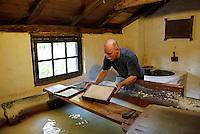 Nederland Arnhem 2015.  Het Nederlands Openluchtmuseum. Papier scheppen in de papiermolen.  Foto Berlinda van Dam / Nederlandse Hoogte
