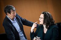 Bundesumweltministerin Barbara Hendricks (SPD) und Bundesarbeitsministerin Andrea Nahles (SPD) unterhalten sich am Mittwoch (11.03.15) in Berlin im Bundeskanzleramt vor Beginn der Kabinettssitzung.<br /> Foto: Axel Schmidt/CommonLens