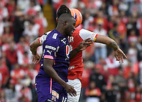 BOGOTÁ -COLOMBIA, 29-01-2017. Jonathan Gomez (Der.) jugador de Santa Fe disputa el balón con Andres Mosquera (Izq.) jugador del Medellín durante partido de vuelta entre Independiente Santa Fe y Deportivo Independiente Medellin por la SuperLiga Aguila 2017 en el estadio Nemesio Camacho El Campín de la ciudad de Bogotá. / Jonathan Gomez (R) player of Santa Fe struggles for the ball with Andres Mosquera (L) player of Medellin during a second leg match between Deportivo Independiente Medellin and Independiente Santa Fe for the SuperLiga Aguila 2017 at Nemesio Camacho El Campin stadium in Bogota city. Photo: VizzorImage/ Gabriel Aponte / Staff