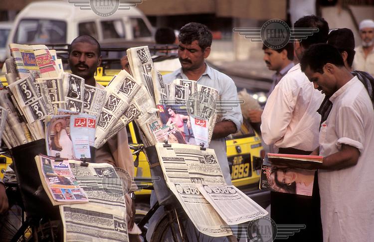 © Marcus Rose / Panos Pictures..Rawalpindi, PAKISTAN..Men gathered around a newspaper stall.