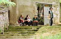 In der Ortschaft Orahovac lebten vor dem Kosovo-Krieg Kosovo-Serben und Kosovo-Albaner zusammen. Nun ist die serbische Bevoelkerung vor den Kosovo-Albanern in den oberen Teil des Ortes gefluechtet. Hinzu kamen etliche Fluechtlinge aus den Bergen und der Umgebung. Mittlerweile leben nahezu 3.500 Menschen auf engstem Raum.<br /> Hier: Frauen sitzen auf einer Treppe.<br /> Orahovac/Jugoslawien, 2.8.1999<br /> Copyright: Christian-Ditsch.de<br /> [Inhaltsveraendernde Manipulation des Fotos nur nach ausdruecklicher Genehmigung des Fotografen. Vereinbarungen ueber Abtretung von Persoenlichkeitsrechten/Model Release der abgebildeten Person/Personen liegen nicht vor. NO MODEL RELEASE! Don't publish without copyright Christian-Ditsch.de, Veroeffentlichung nur mit Fotografennennung, sowie gegen Honorar, MwSt. und Beleg. Konto: I N G - D i B a, IBAN DE58500105175400192269, BIC INGDDEFFXXX, Kontakt: post@christian-ditsch.de<br /> Urhebervermerk wird gemaess Paragraph 13 UHG verlangt.]