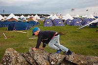 Ossian climbes the stonewallPhoto: Magnus Fröderberg/Scouterna