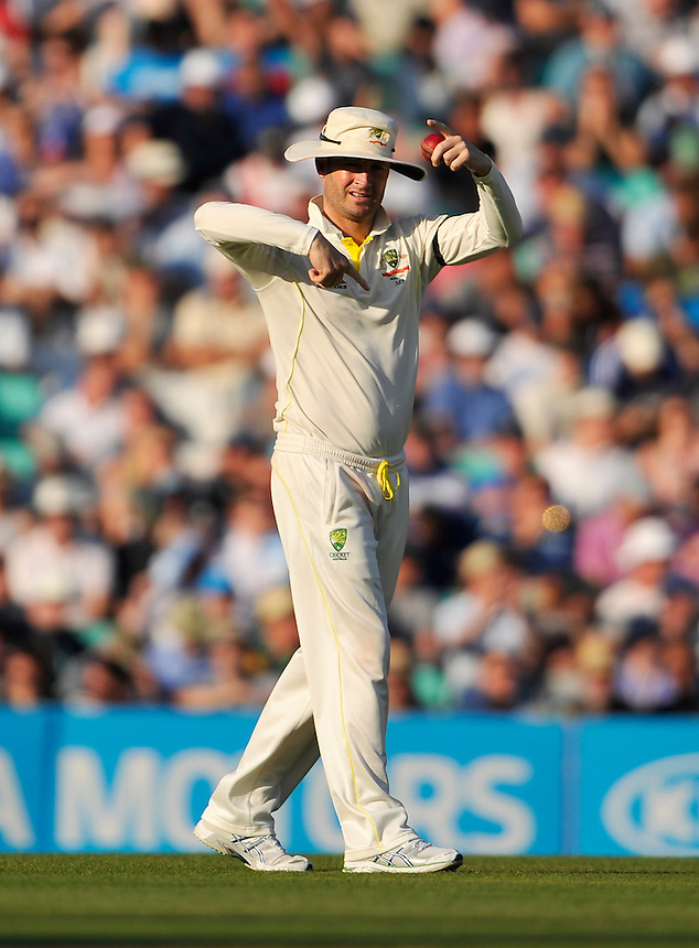 Australia's Michael Clarke directing field positions<br /> <br /> Photographer Ashley Western/CameraSport<br /> <br /> International Cricket - Investec Ashes Test Series 2015 - Fifth Test - England v Australia - Day 3 - Saturday 22nd August 2015 - Kennington Oval - London<br /> <br /> &copy; CameraSport - 43 Linden Ave. Countesthorpe. Leicester. England. LE8 5PG - Tel: +44 (0) 116 277 4147 - admin@camerasport.com - www.camerasport.com