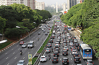 ATENCAO EDITOR: FOTO EMBARGADA PARA VEICULO INTERNACIONAL - SAO PAULO, SP, 30 NOVEMBRO 2012 - TRANSITO EM SAO PAULO MANHA -  Transito nessa manhã na av 23 de maio na região do viaduto da rua Tutoia no Paraiso sentido zona sul da capital paulista nessa sexta, 30. (FOTO: LEVY RIBEIRO / BRAZIL PHOTO PRESS)