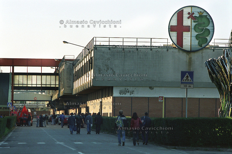 28 OTT 2002 Arese: uscita degli operai all' ALFA ROMEO..exit of workers from the ALFA ROMEO