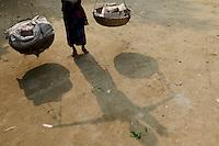 BANGLADESH Tangail, Kalihati, porter / BANGLADESCH, Distrikt Tangail, Kalihati, Dorf Baniafaur, Lastentraeger