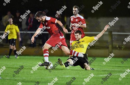 2017-10-28 / Voetbal / Seizoen 2017-2018 / OG Vorselaar - TSV Lyra / Renzo Flebus (Lyra) gaat voorbij Jasper Lambrechts<br /> <br /> ,Foto: Mpics.be
