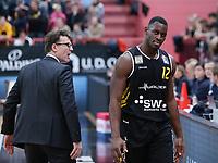 Basketball  1. Bundesliga  2017/2018  Hauptrunde  14. Spieltag  23.12.2017 Walter Tigers Tuebingen - Basketball Laewen Braunschweig Trainer Mathias Fischer (li, Tigers) und Javon McCrea (re, Tigers) nachdenklich