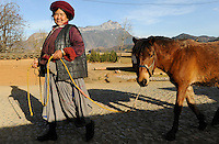 CHINA Yunnan Lugu Lake , ethnic minority Mosuo who are buddhist and women have a matriarch / CHINA Provinz Yunnan , ethnische Minderheit Mosuo am Lugu See , die Mosuo sind Buddhisten und Mosuo Frauen ueben ein Matriarchat aus